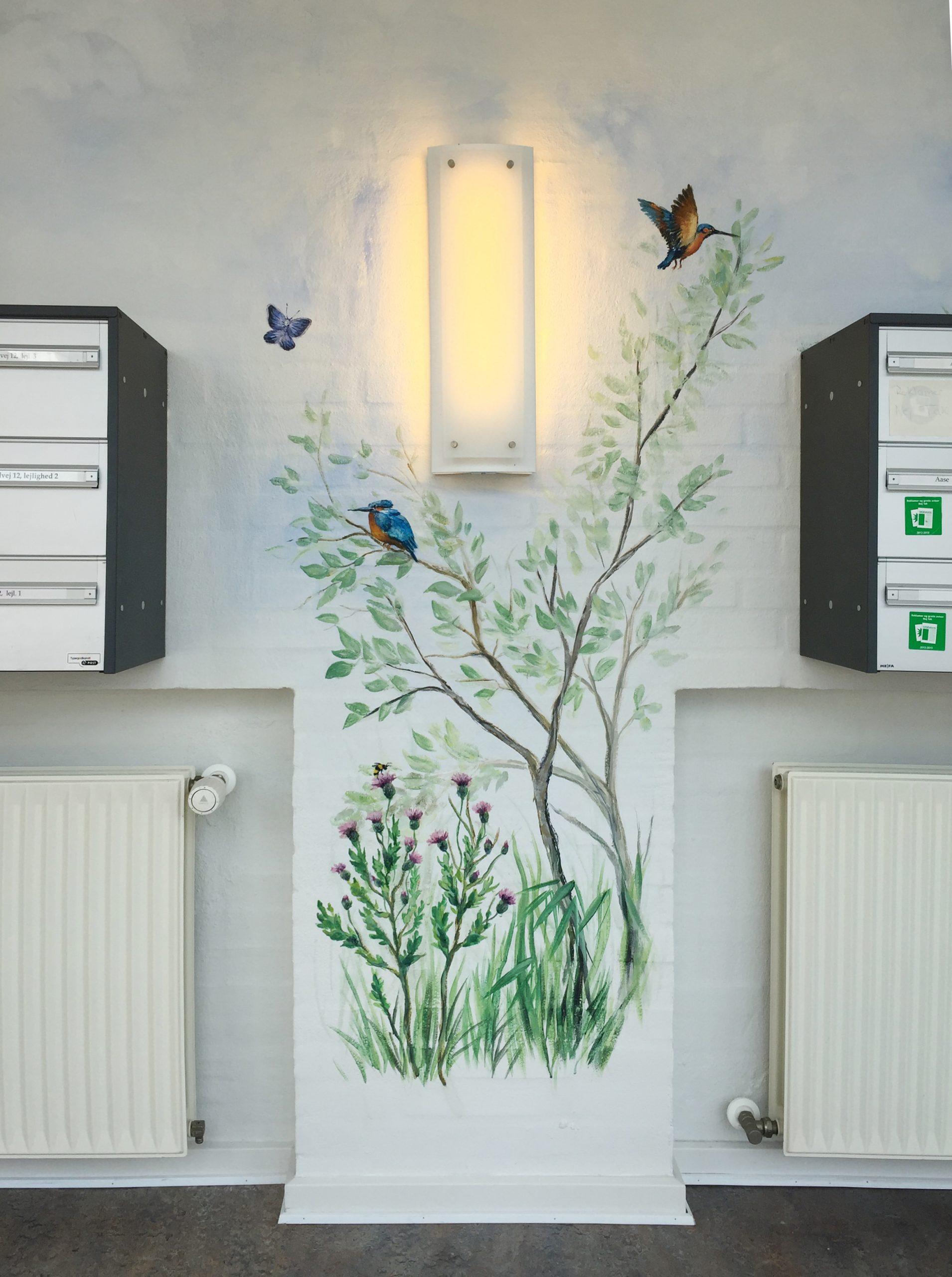 Vægmaleri af dyr fra Store Vildmose ved postkasser på Mou Plejecenter 3
