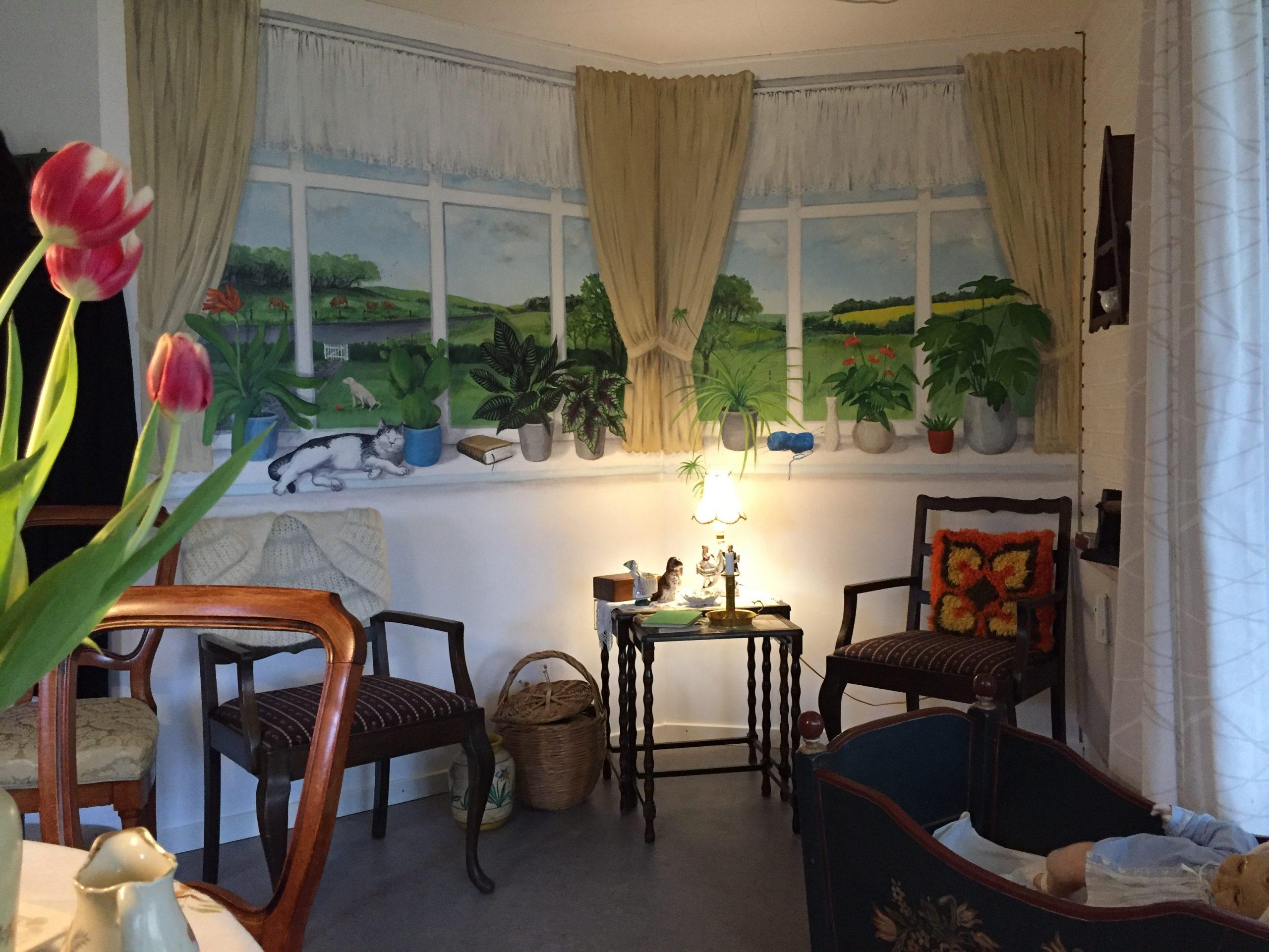 Vægmaleri af stue-vinduer på Suldrup Ældrecenter