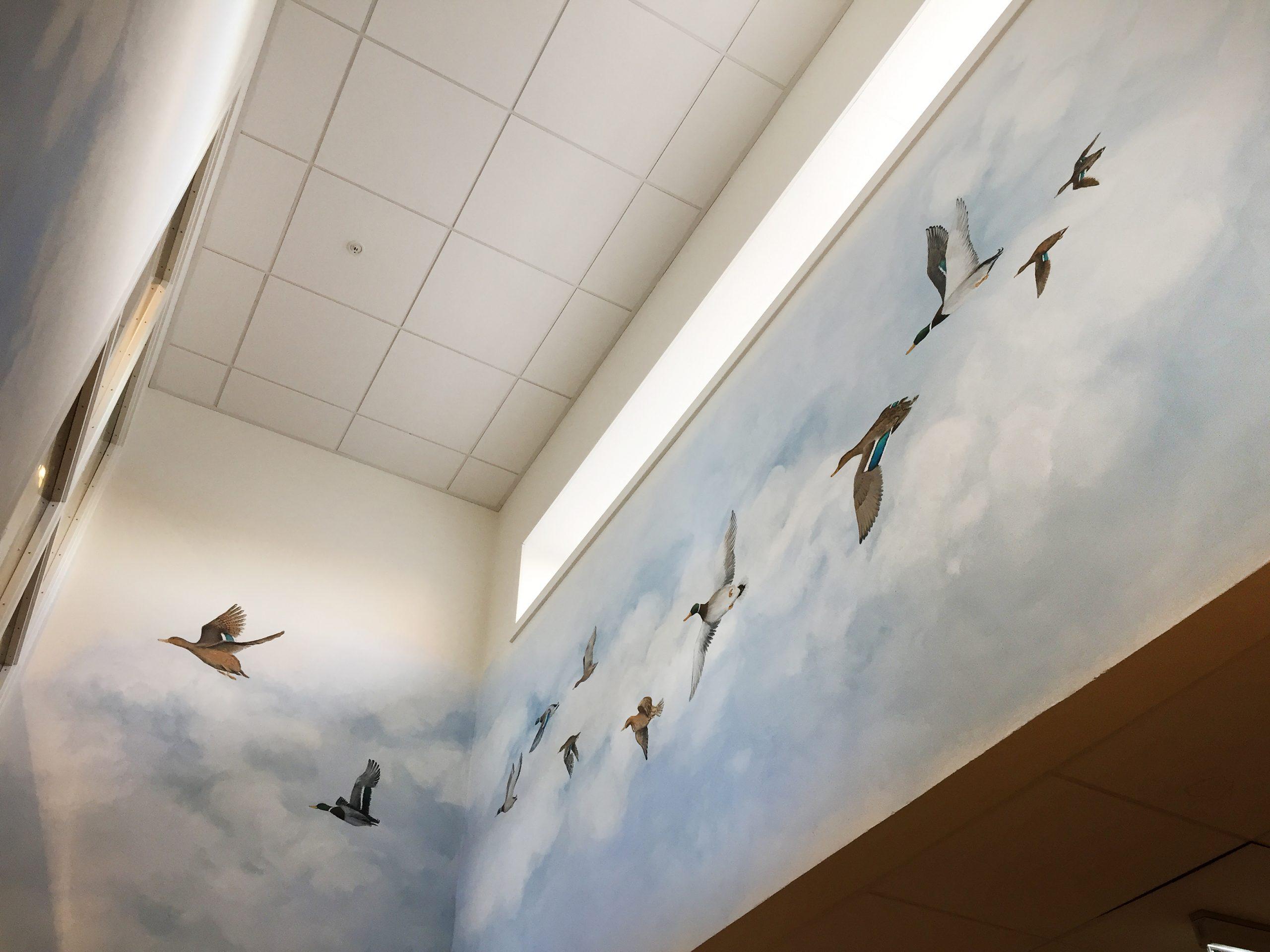 Vægmaleri i vindues-niche med flyvende ænder på Kjellerup Friplejehjem 1