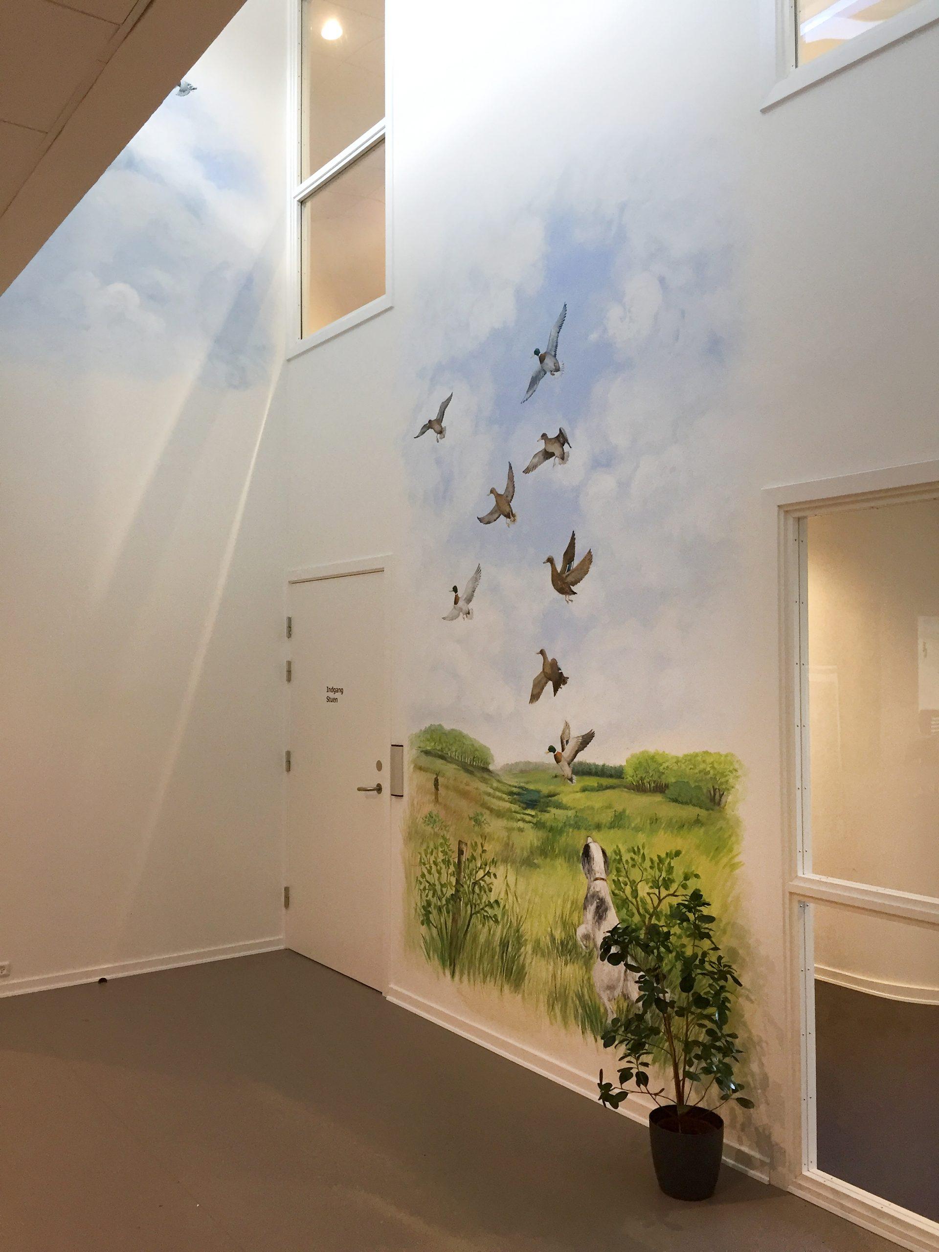 Vægmaleri i vindues-niche med flyvende ænder på Kjellerup Friplejehjem 2