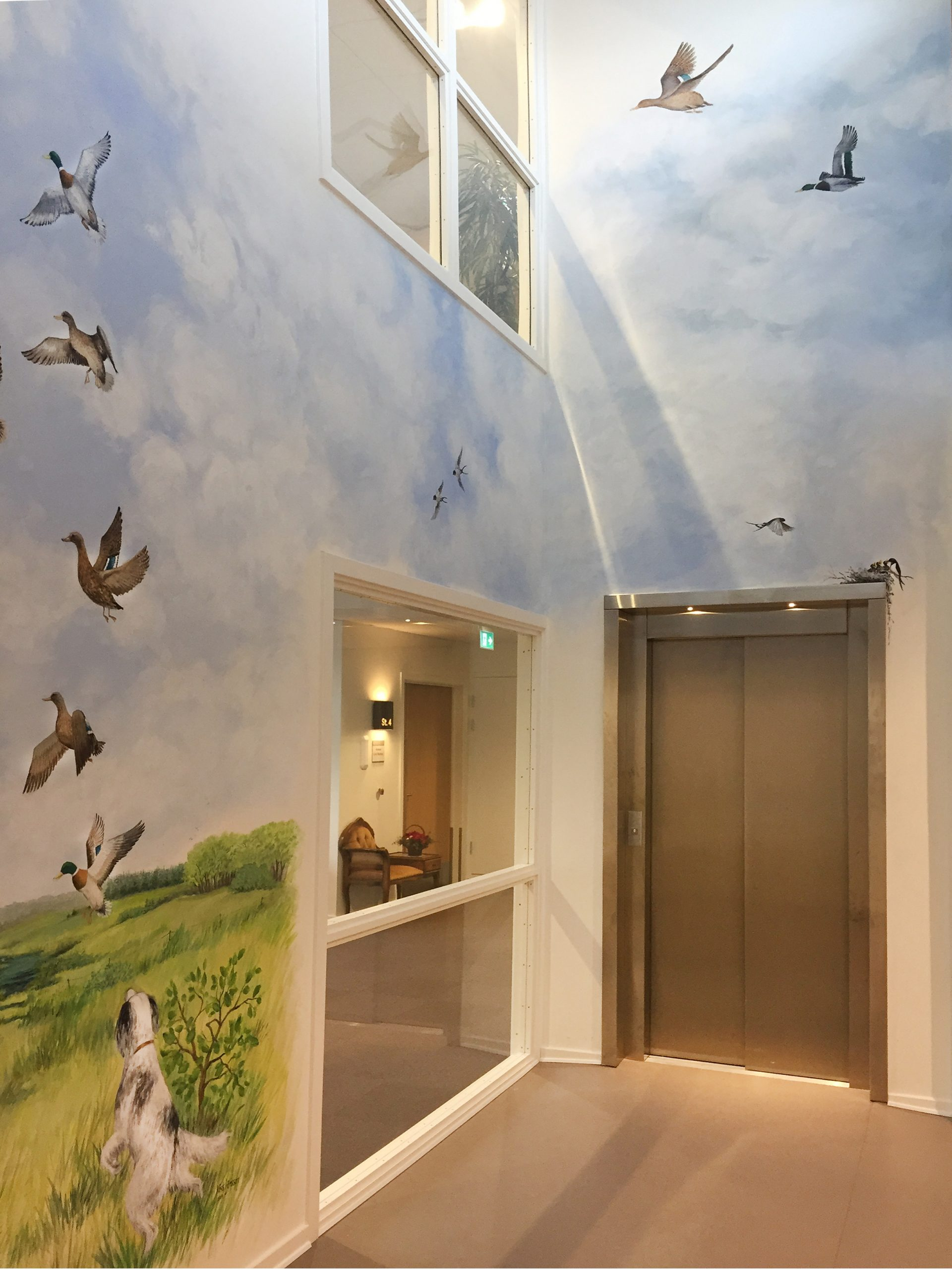 Vægmaleri i vindues-niche med flyvende ænder på Kjellerup Friplejehjem 3