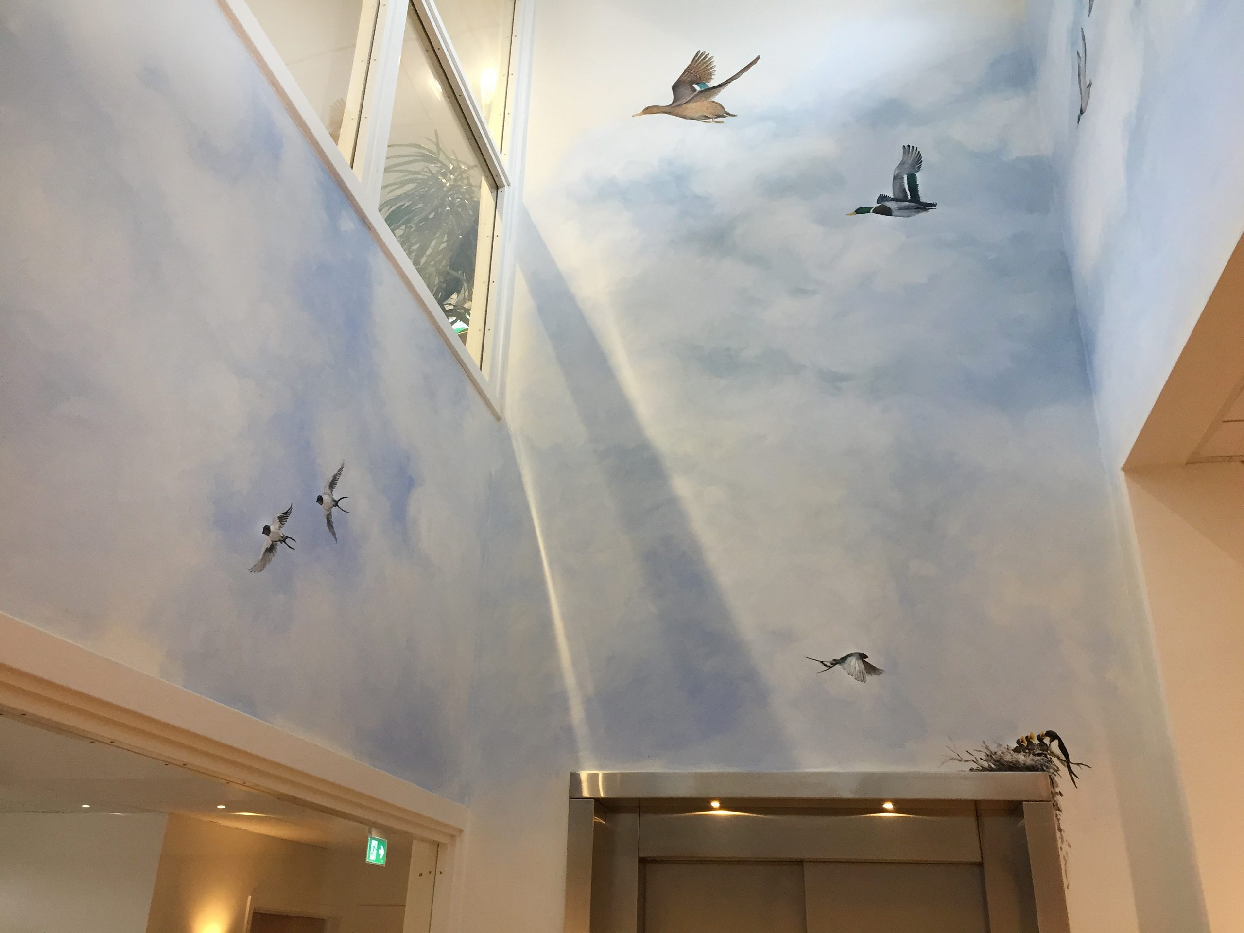 Vægmaleri i vindues-niche med flyvende ænder på Kjellerup Friplejehjem 4