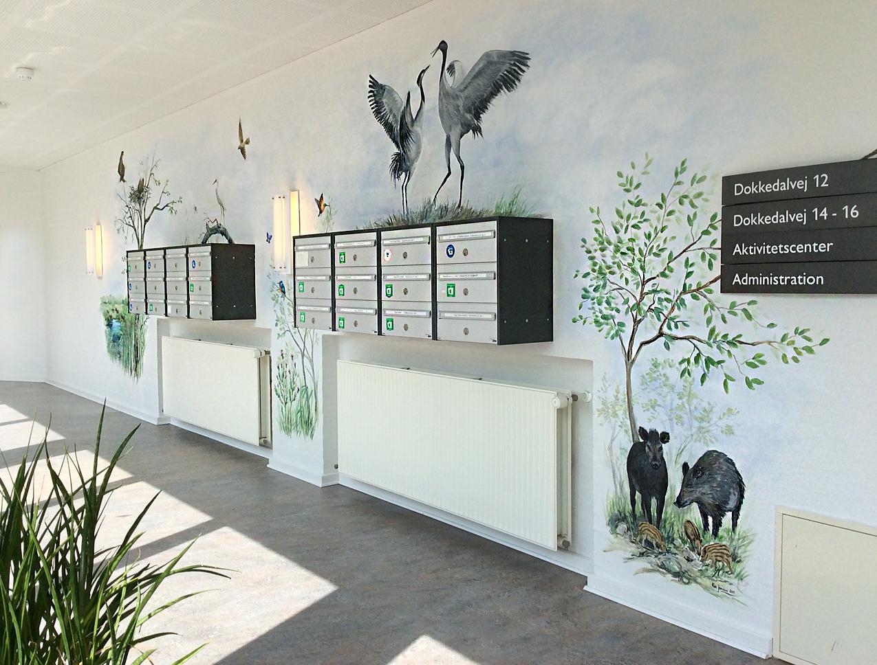 Vægmaleri over postkasser på Mou Plejecenter 4